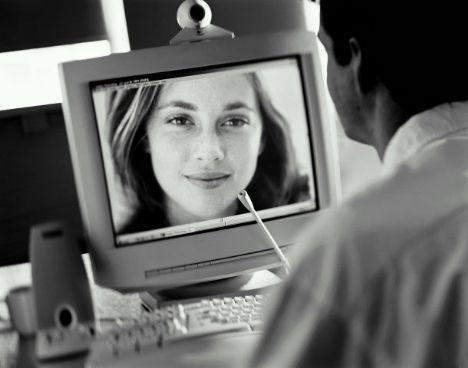 Sanal dünyada flört etmenin en güzel yanlarından biri de şudur; gerçek hayatta birine çok kötü bir şey söylediğinizde, bunu telafi etmeniz hiç kolay olmaz. İlişkinize sürülmüş bir leke gibi o söz orada asılır kalır ve telafi etmek için çok uğraşmanız gerekir. Fakat online ilişkilerde durum daha farklıdır, diyelim ki flörtünüze çok kızdınız ve gece çok kötü bir mesaj bıraktınız. Sabah kalktığınızda ise pişman oldunuz. Bu durumda tek yapmanız gereken siteye gidip mesajı silmek!
